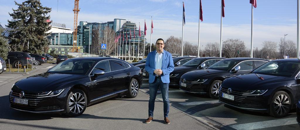 Aleksandar Vučić ispred novih automobila