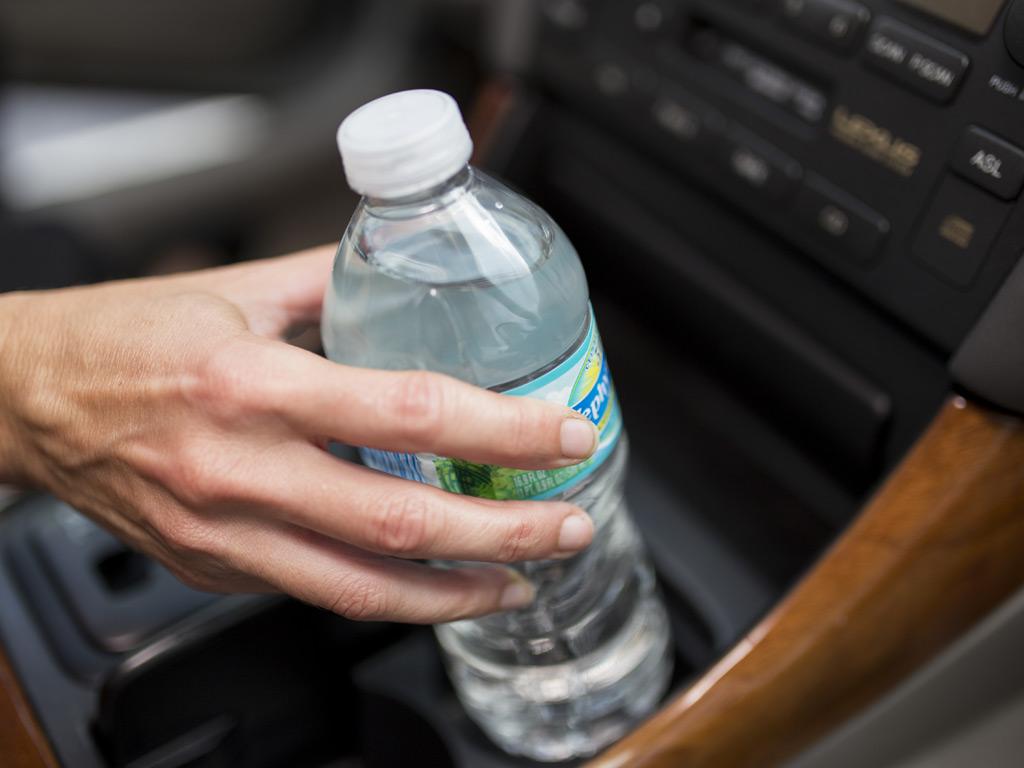 Flaša vode u automobilu