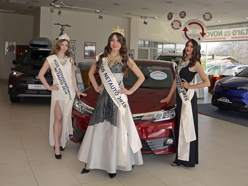 Sara, Milica i Isidora pred Corollom